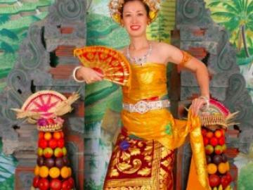 バリ伝統衣装を着て記念撮影