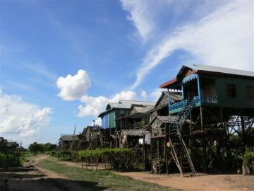 東南アジア最大の湖トンレサップの超高床式民家見学-コンポンプロックかコンポンクリアン訪問シェムリアップ(アンコールワット) トンレサップ湖ツアー