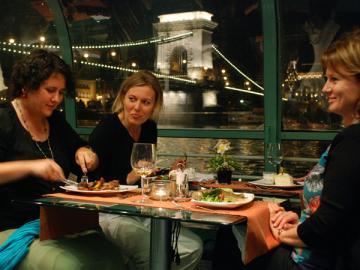 船上で生演奏を聴きながらの夕食 ドナウ川ディナークルーズ(4コースディナーとウェルカムドリンク付き)