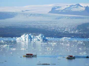 幻想的な氷の世界へ ヨークルサルロン氷河湖とアイスランド南海岸 ~セリャランスフォスの滝とスコガフォスの滝