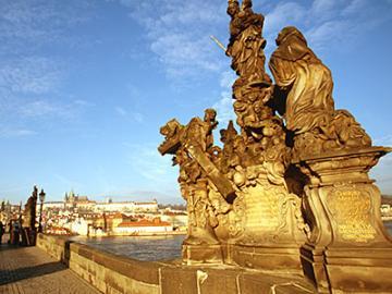 朝のカレル橋とプラハ旧市街 早朝散歩