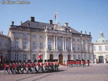 日本語ガイドと歩くコペンハーゲン市内観光 クリスチャンスボー城、人魚の像、アメリエンボー宮殿の衛兵交代 コペンハーゲン・カード付き