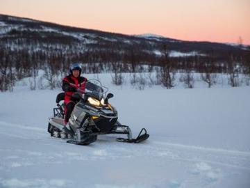 スノーモービルで北ノルウェーの雪原探検 スノーモービルサファリ