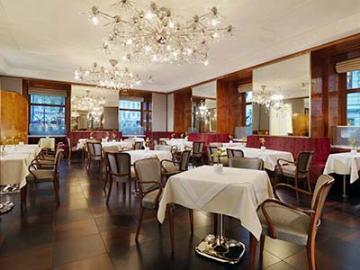 【プライベートツアー】全日空ウィーン直行便利用限定 ウィーン空港からのホテル送迎と最高級ホテルインペリアルホテルでの朝食