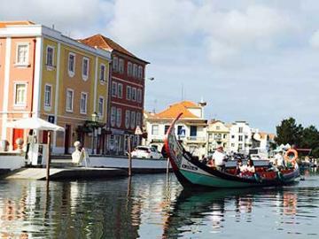 【4月28日・5月3日・10月6日限定】 「運河の町」アヴェイロとオビドス、ナザレ、コインブラ、コスタ・ノヴァ  ~リスボン発ポルト着~