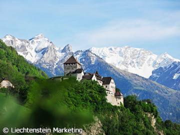 【プライベートツアー】 日本語ガイドと列車&ポストバスで行く 小国リヒテンシュタイン公国とスイスの美しい村