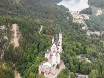 【プライベートツアー】 ヘリコプターと専用車で巡る ノイシュヴァンシュタイン城とヴィース教会、オーバーアマガウ