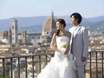 お手軽ハネムーンフォトプラン フィレンツェの町並みを背景にウェディングドレスで記念撮影