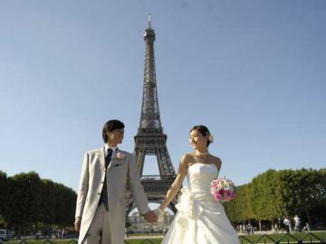 お手軽ハネムーンフォトプラン パリの街をバックにウェディングドレスで記念撮影