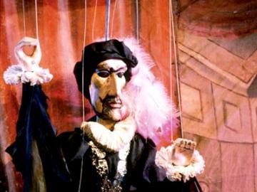プラハ伝統の人形劇と名物ディナーを楽しむプラハの夜