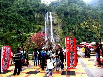 人気の温泉郷、烏来観光と故宮博物院見学